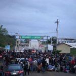 Hondureños esperan reunirse en la frontera para cruzar juntos