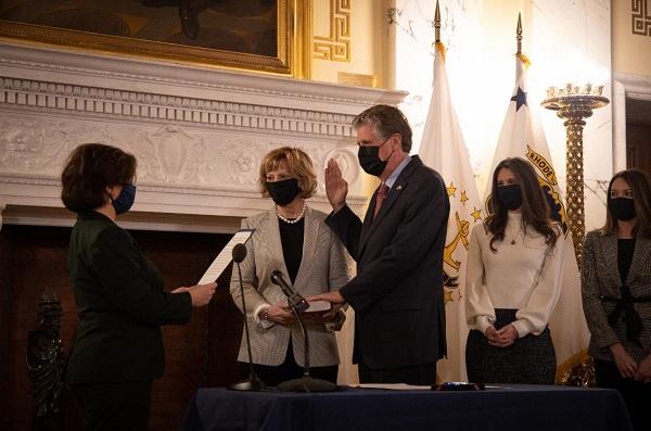 El gobernador Dan McKee juramentado como 76 ° gobernador de Rhode Island