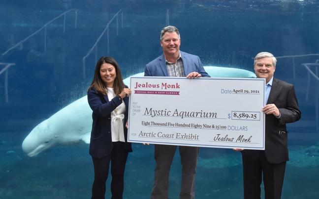 Bill Middleton, propietario de Jealous Monk, dona el cinco por ciento de las ganancias del iglú a Mystic Aquarium