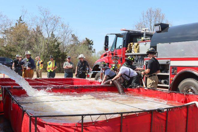 Miembros de Union Fire District Station 9 completa la Serie de capacitación para camiones cisterna de suministro de agua de varias partes