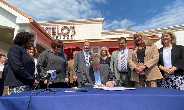 El gobernador McKee promulga legislación que ayuda a los habitantes de Rhode Island a volver al trabajo