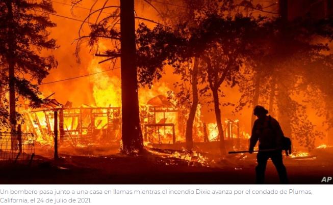 Dos incendios forestales en California se fusionan y amenazan miles de hogares